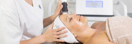 Frau Gesichtsbehandlung mit Radiofrequenzkopf