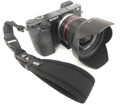 Grundausrüstung: Sony Alpha 6000 mit 12mm Weitwinkelobjektiv und Handschlaufe
