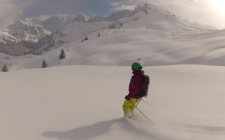 Skifahrer in Tiefschnee