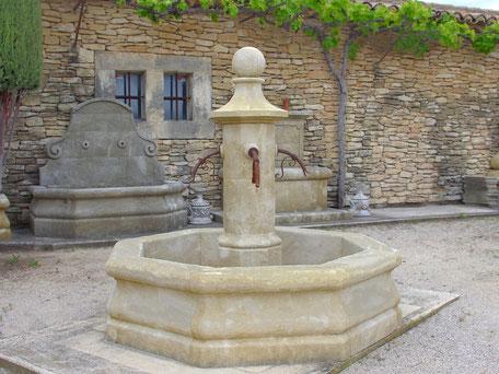 gealterte, handgefertigten Naturstein Brunnen aus Provence