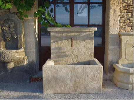 Gealterte Handgefertigten Brunnen aus Französischen Kalkstein