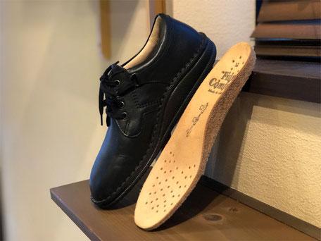 FinnComfortの靴には写真のような厚みのあるアーチサポートインソールが付属しています(靴の形によってアーチサポートの形状は変わります)
