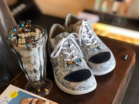 シューレースアクセサリーとは、靴ひもに取り付ける靴用アクセサリーです