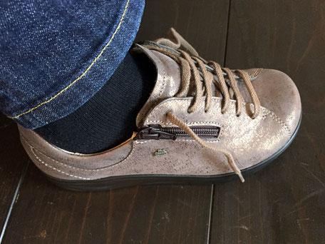 靴を履く前に靴ひもを十分にゆるめて… →