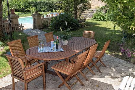 Domaine de Vielcastel, votre location saisonnière pour vos vacances en famille, belle terrasse ombragée