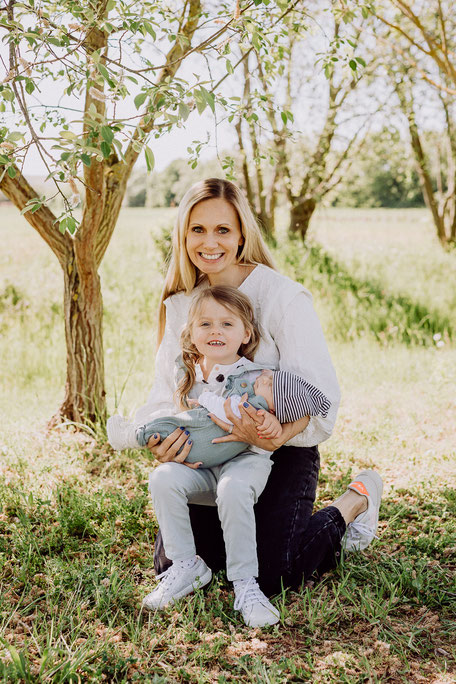 Mutter mit zwei Kindern hält Tochter und Sohn im Arm