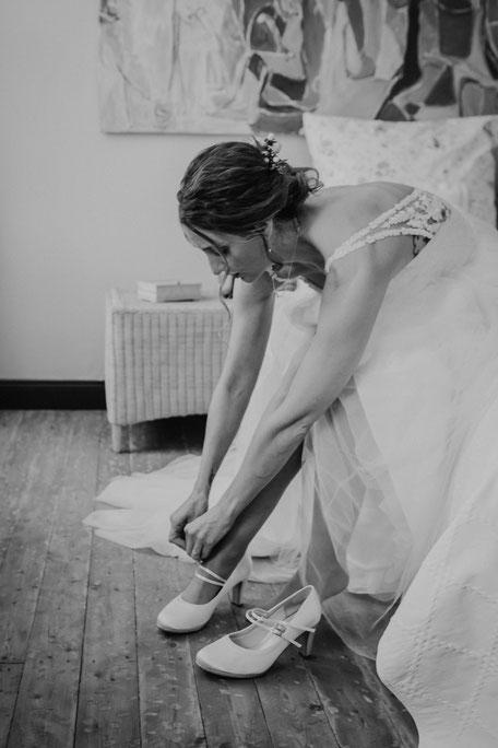 Braut zieht ihre Brautschuhe an beim Getting-Ready auf Burg Layen