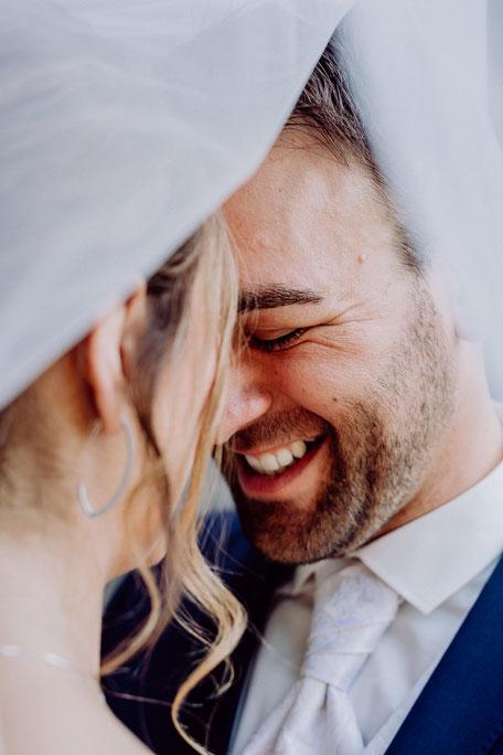 glücklicher Bräutigam auf Hochzeitsfotos