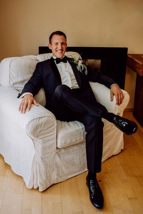 Hochzeitsreportage Bräutigam sitzt im Sessel