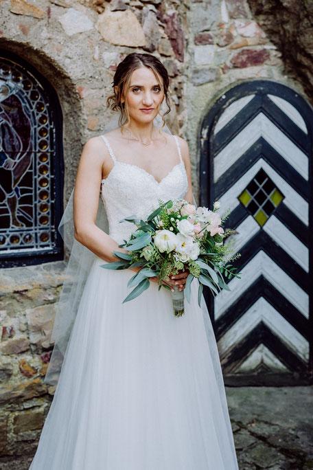 Braut mit Brautstrauss bei Fotoshooting auf Schlossgut Diel
