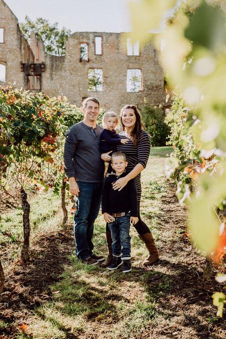 Junge Familie in den Weinbergen bei Mainz
