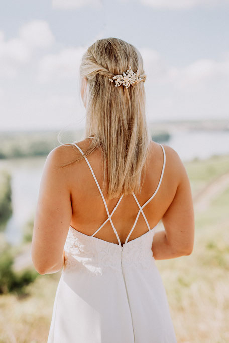 Rückenansicht der Braut im Brautkleid mit Blick über Rheinhessen