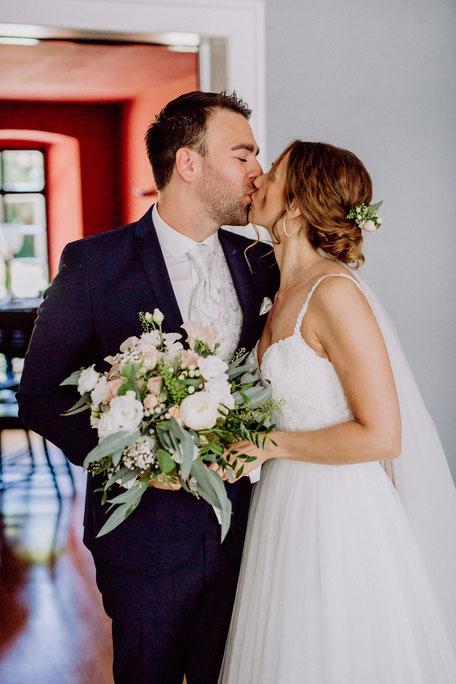 Brautpaar küsst sich beim First Look vor der Hochzeit