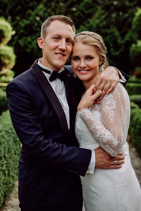 Brautpaar umarmt sich beim Fotoshooting