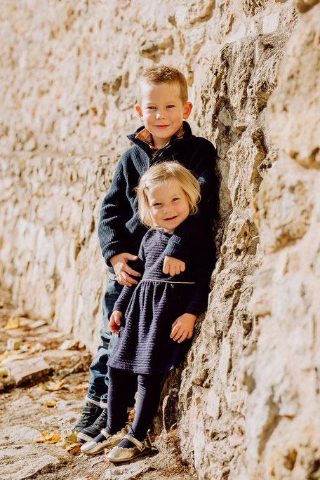 Zwei Kinder lächeln in die Kamera bei Familienshooting in Oppenheim