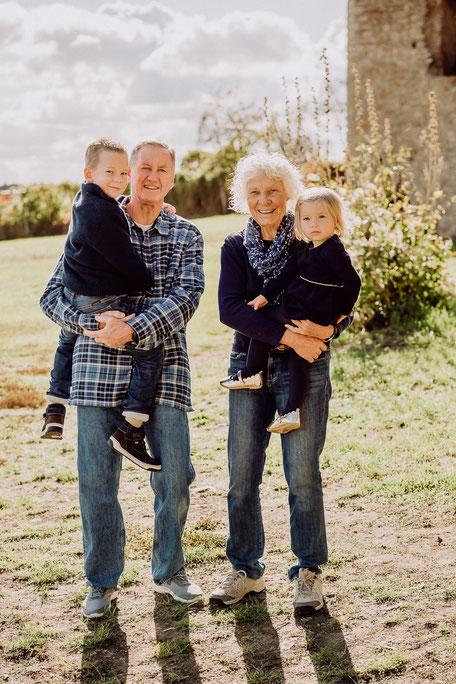 Großeltern halten Enkel auf dem Arm