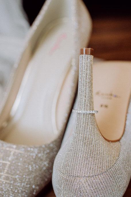 Detailaufnahme von glitzernden Brautschuhen und Brautschmuck