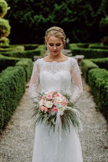 Braut mit romantischem Brautstrauss