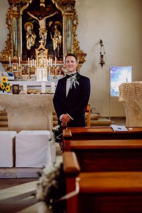 Der Bräutigam wartet in der Kirche auf die Braut