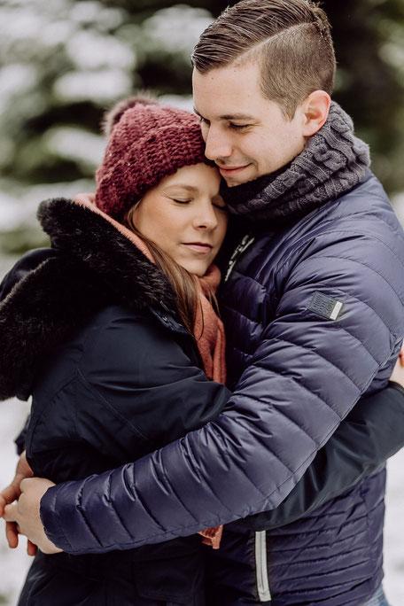 Paar umarmt sich innig