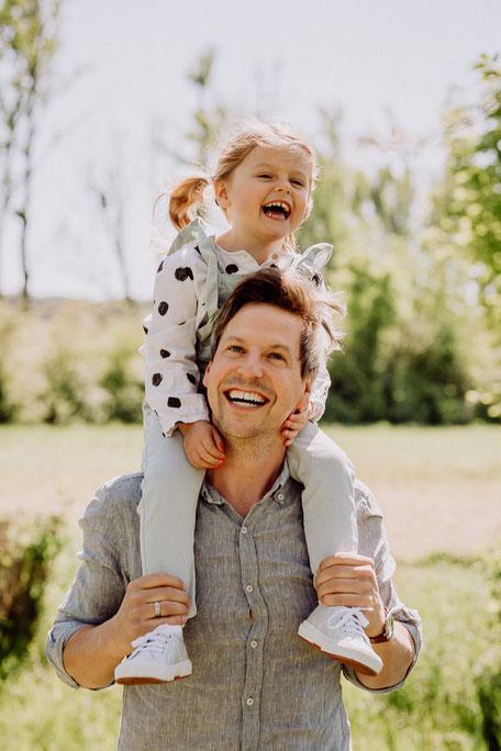 lachendes Mädchen mit Vater bei Familienshooting in Rheinhessen