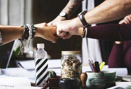 Teamwork verschiedener Menschen