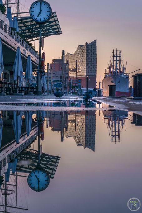 Hamburg Deutschland Landungsbrücken regen überflutet reflektion cap san diego elbphilharmonie spiegelung sonnenaufgang