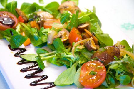 Feldsalat mit gebratenen Pilzen und Vinagraitte