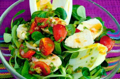 Salat mit Mozzarella und Orangen-Chilidressing