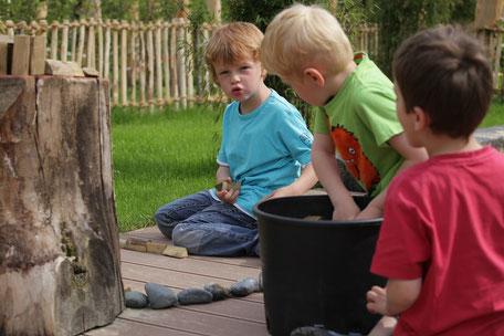 Jungen im naturnahen Außengelände
