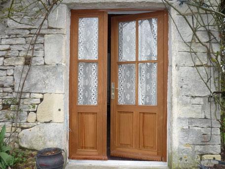 Porte en bois avec simple vitrage