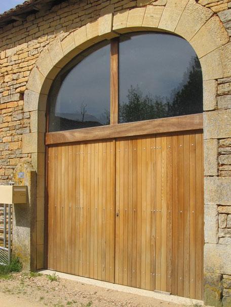 Porte de garage battante en bois redcedar avec imposte réalisée par la Menuiserie Lethu, intervention dans le 79 et le 86