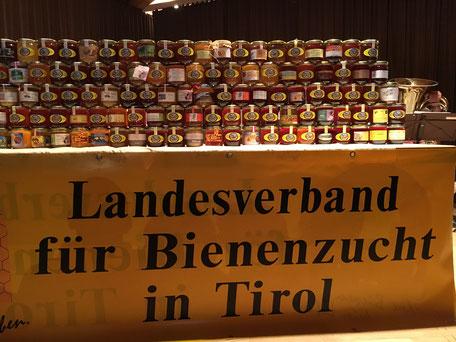 prämierte Honige auf Tisch ausgestellt
