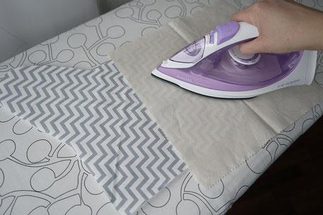 Volumenvlies aufbügeln mit dem Bügeleisen auf den Stoff der Scherentasche