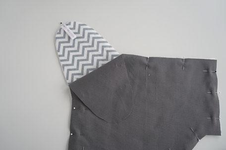 Scherentasche mit einem Band für den Deckel aufnähen, alles stecken