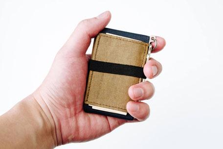 Mini Porte-monnaie in der Hand - Größenvergleich Kreditkarten Format mit Schlüssel
