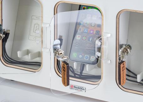 Ein Smartphone wird in der Dock&Go Style Ladestation aufgeladen.