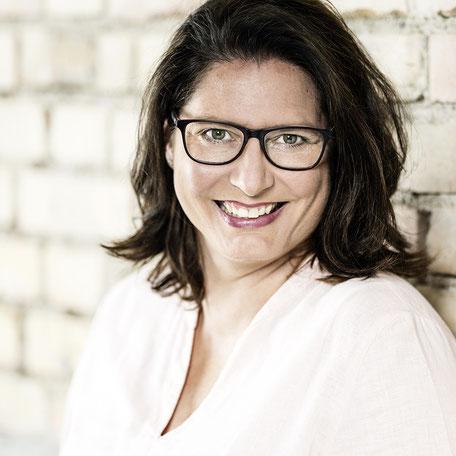 Nicole Hossmann FlowOn Marketing. Geschäftsführerin ist gelernte Pharma-Assistentin mit Zusatzausbildung als Marketingfachfrau und in Kommunikation. Instagram Kurse geben ist ihre Passion. In Hinwil bei Zürich gibt sie ihr Wissen in Workshops weiter.