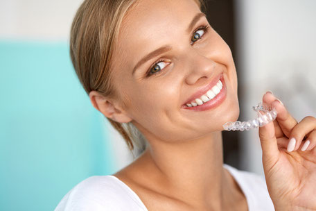 Zähne können auch bequem Zuhause mit professionellen Mitteln vom Zahnarzt aufgehellt werden