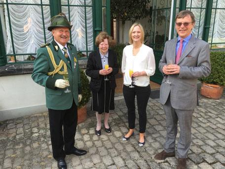 Oberst Heinz Holey (Detmolder Schützengesellschaft von 1600 e.V.) mit Prinzessin Dr. Traute zur Lippe, Prinzessin Maria zur Lippe und Prinz Stephan zur Lippe