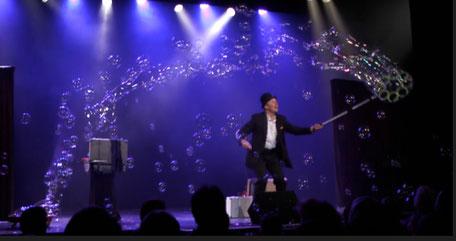 Stephen se creer une assistante qu'il fait danser et voler grâce à l'étoile magique du Père-Noël