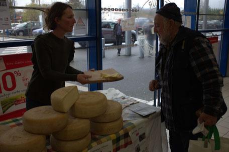 Isabelle Vacosait propose ses fromages d'estive à la dégustation, à l'invitation de l'Intermarché d'Andernos-les-Bains.