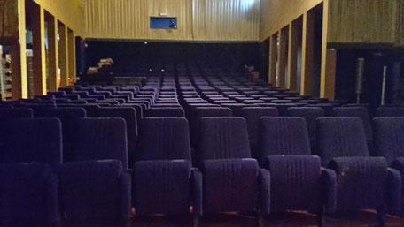 La salle de L'Oasis est dotée de 216 fauteuils bleu outremer, fabriqués à Mussidan (24)