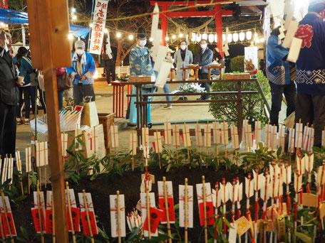 厄塚(ここで古いお札や正月飾りをお焚き上げします)