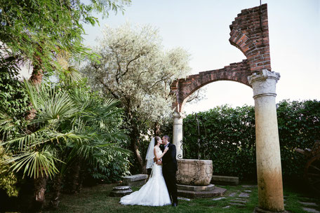 Coppia di sposi in giardino