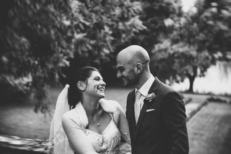 Coppia di sposi nel giardino di villa zaccaria