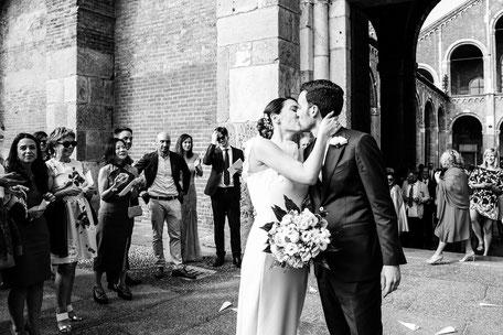 Bacio degli sposi all'uscita della chiesa