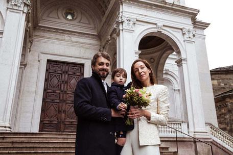 Coppia di sposi con bambino