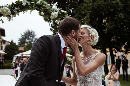Bacio degli sposi rito civile in giardino