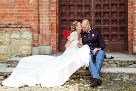 Una coppia di sposi che si bacia